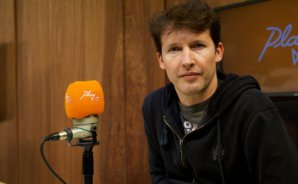 "James Blunt visitó Play FM: ""Me mantengo tomando vodka, vino y cerveza"""