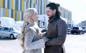 Emilia Clarke protagoniza divertido video con 'spoilers' en el set de 'Game of Thrones'