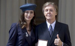VIDEO | Paul McCartney recibió importante título de manos de la reina Isabel II